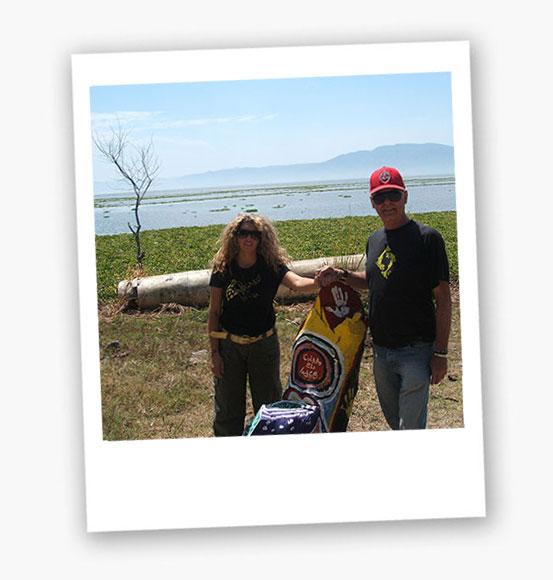 Yaro y Gemma en un lago